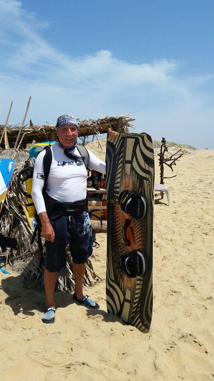 De 75-jarige Kurt Ast uit Putten reist de hele wereld over om te kunnen kitesurfen.
