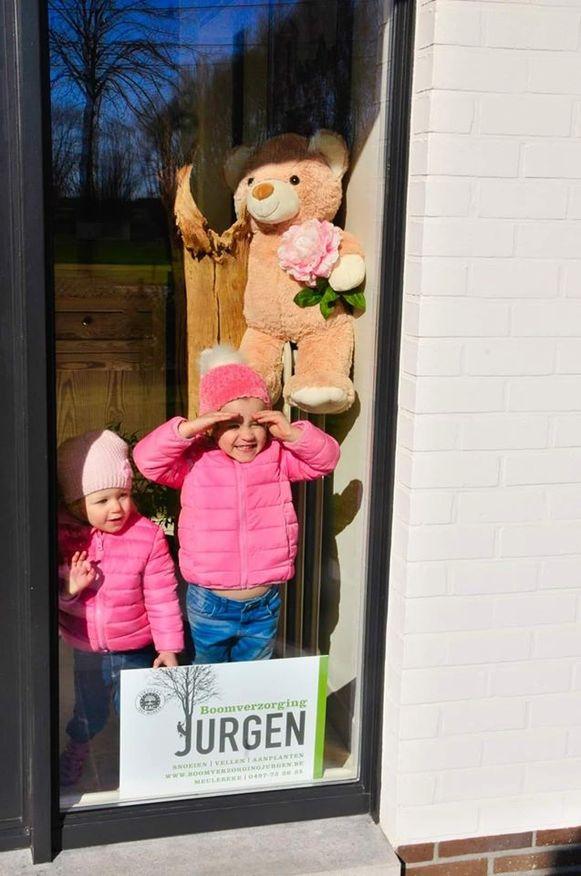 Zoek naar de teddyberen in het straatbeeld: Tieltstraat in Meulebeke.