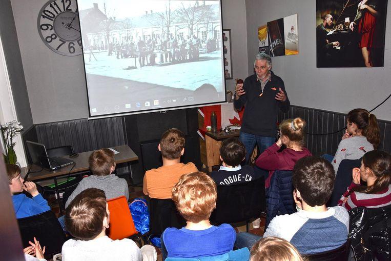 Ex-collegeleraar Dirk Decuypere praat in café 't Zwijntje over de drie Canadezen die herdacht worden en over Geluwe tijdens de Eerste Wereldoorlog.