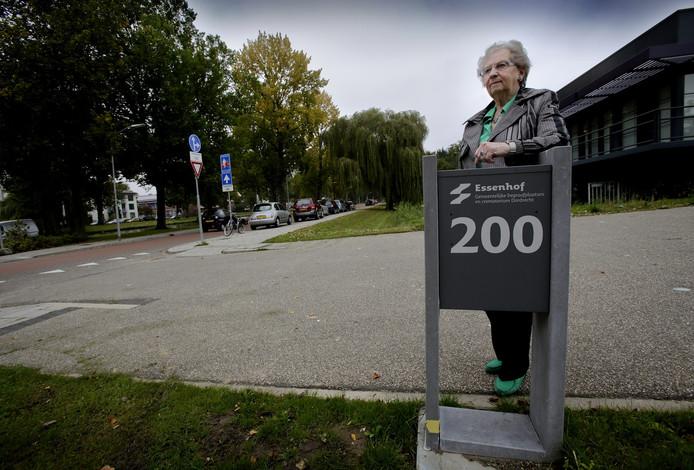 Jannie Bozuwa begon in 2015 met haar strijd voor een bushalte voor begraafplaats Essenhof in Dordrecht. Mensen die slecht ter been zijn en die geen eigen vervoer hebben, moeten nu onnodig ver lopen en dat moet anders, vindt de vastberaden Dordtse.