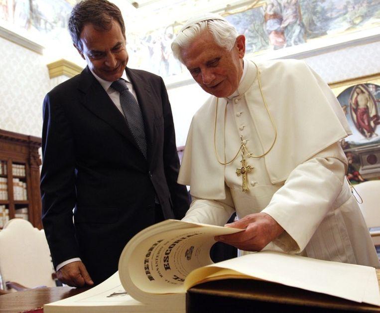Paus Benedictus XVI, tijdens een ontmoeting in 2010 met toenmalig premier Zapatero van Spanje. Beeld AFP