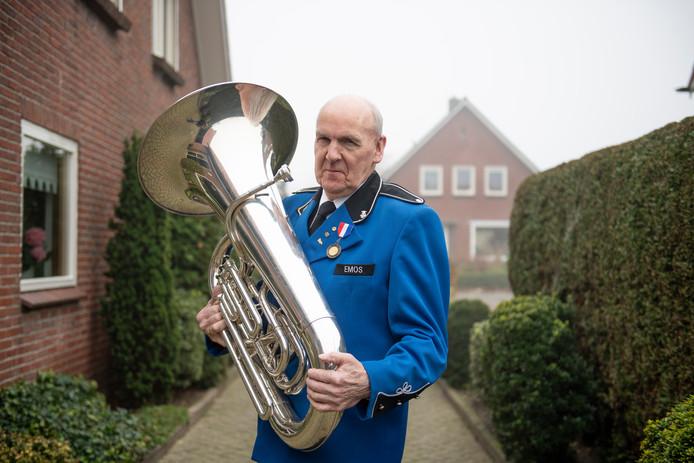 Marinus Burger met zijn es bas. In de 65 jaar dat hij lid is van EMOS speelde hij verschillende instrumenten.