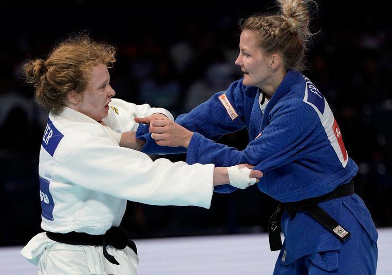 Juul Franssen (blauw) strijdt met Sanne Vermeer (wit) om het brons in de klasse tot 63 kilo tijdens de WK in Tokio. Beeld EPA