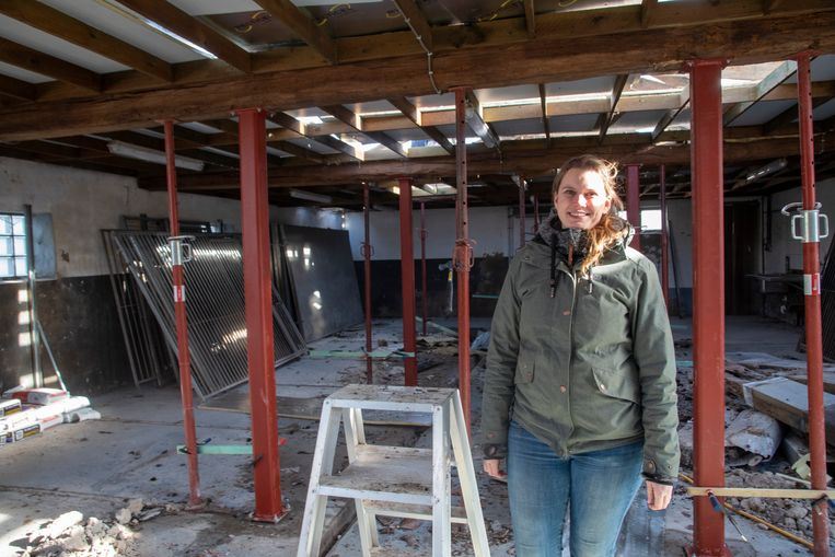 Eline Ghekiere van Animal Trust op de bouwwerf.