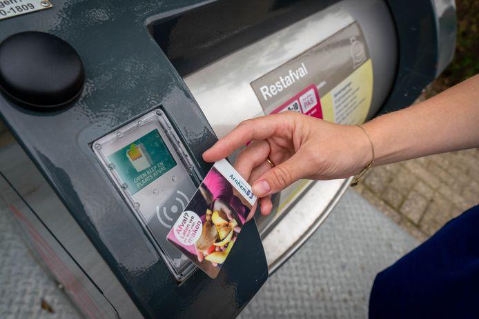 Vanaf 1 juli moeten Arnhemmers met de afvalpas de container voor restafval openen en voor elke zak die ze er in gooien 80 eurocent betalen.