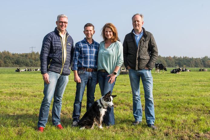 Annemarie een Bert Kristen (midden) willen twee 200 meter hoge windmolens op hun grond aan de A1/A35. Ze worden geflankeerd door bestuursleden van de Stichting Borne Energie.