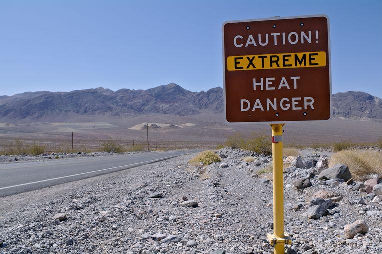 Borden waarschuwen voor de extreme hitte in Death Valley National Park. Beeld Shutterstock