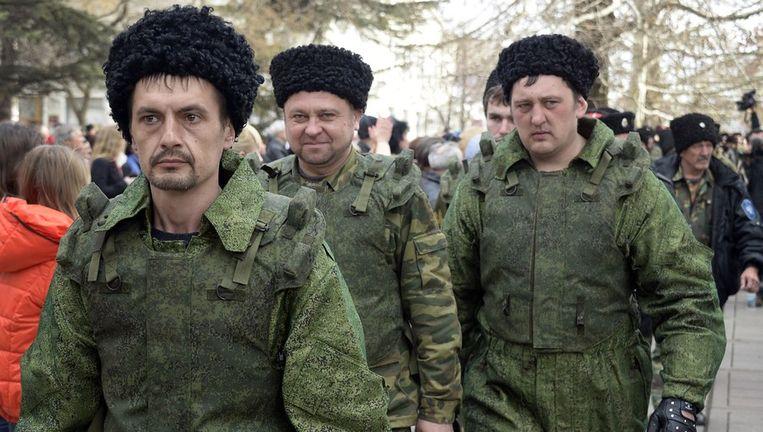 Pro-Russische vrijwilligers voor het regeringsgebouw op de Krim. Beeld afp