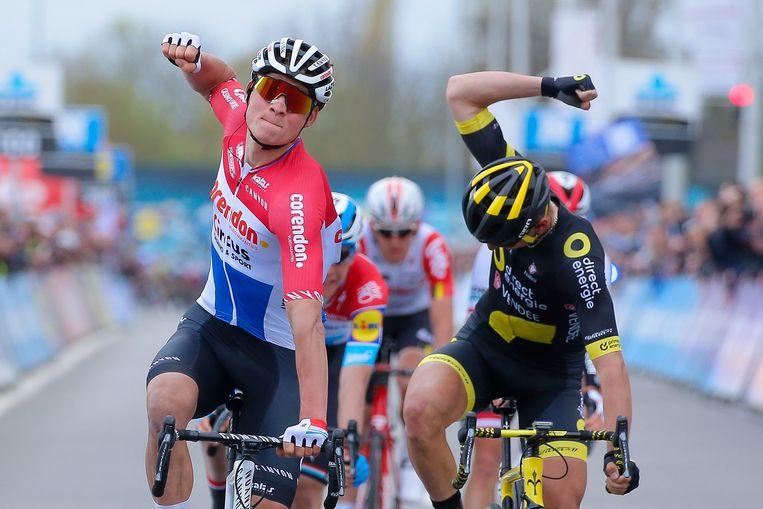 Mathieu van der Poel maakt het overwinningsgebaar, naast hem baalt de Fransman Turgis. Beeld EPA
