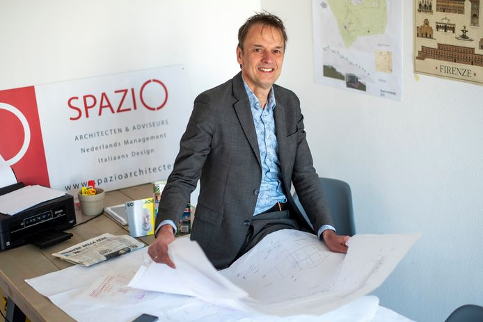 Jeroen Koudijs heeft een architectenbureau met een Italiaanse partner. Ze doen projecten in Italië voor Nederlanders die daar een tweede huis kopen of willen emigeren .