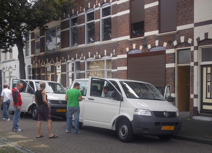 Buitenlandse werknemers vertrekken voor werk vanuit de Bouwen Ewoutstraat in Vlissingen. Door de hele stad worden mensen dagelijks met busjes opgehaald en thuisgebracht bij kamerverhuurpanden en appartementen.