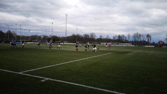 Neede-speler Mitchel Reesink scoort uit de draai de beslissende 2-1 in de derby tegen FC Eibergen.