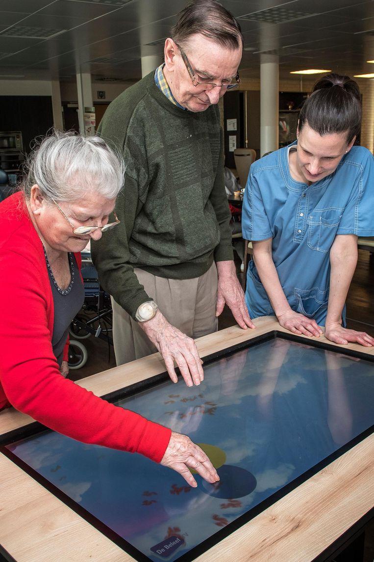 Christiane, Roger en Lynn proberen de belevingstafel al even uit.