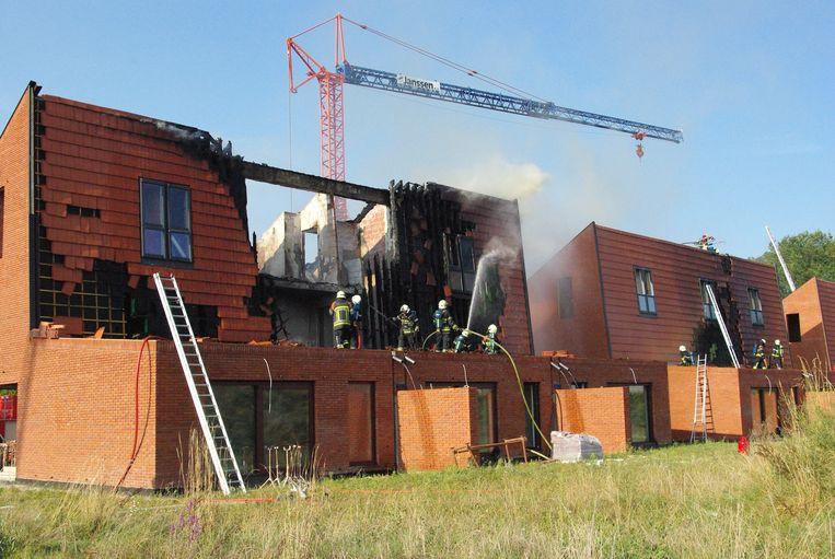 De brand richtte heel wat schade aan de nieuwe appartementen aan.