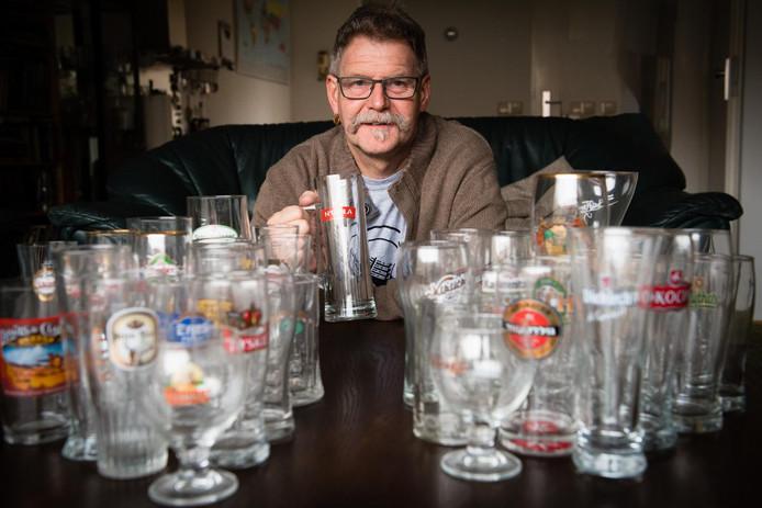 Tijdens zijn reizen verzamelde Henk Vinke zo'n 150 bierglazen.