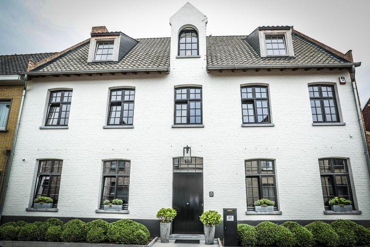 Glenn bouwde zélf het witte huis waar hij met zijn vrouw Severine en hun twee zonen woont.