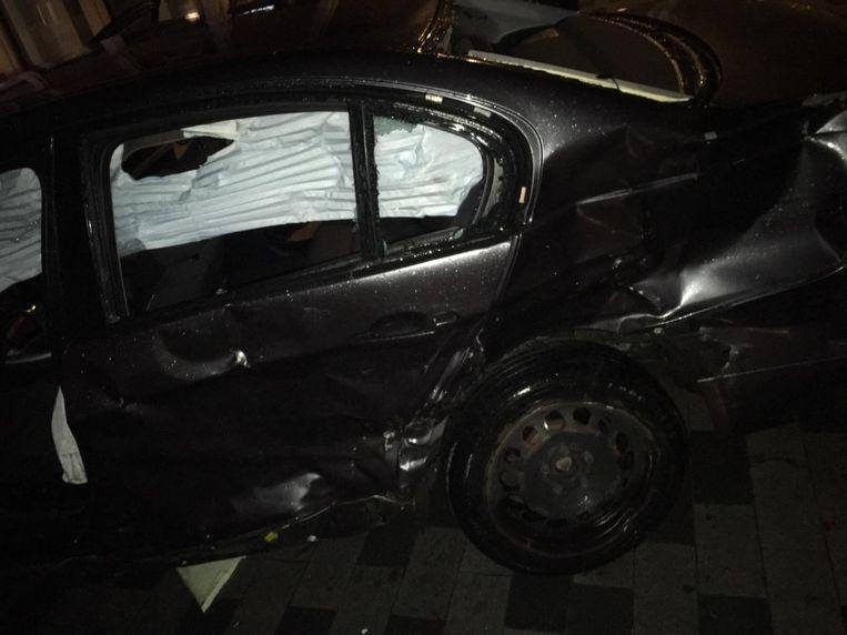 Ook het voertuig raakte zwaar beschadigd. De inzittenden raakten gewond maar zijn niet in levensgevaar.