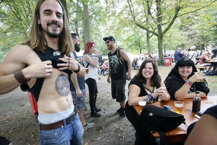 Het festival Breda Barst in het Valkenbergpark in Breda. De nieuwe tattoo laten zien aan de meisjes bij De Spaanse Kraag. Foto: Joyce van Belkom/Pix4Profs