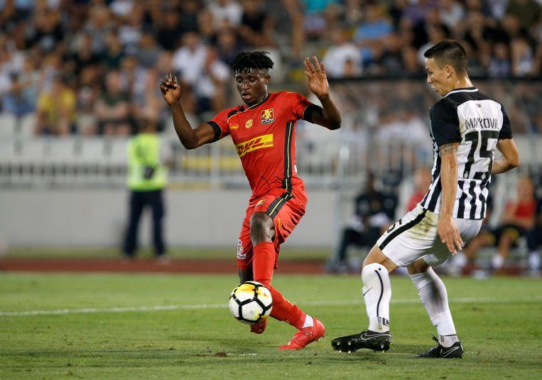Mohammed Kudus in het rode shirt van FC Nordsjaelland duelleert met Svetozar Markovic van Partizan Belgrado in de Europa League in 2018. Beeld AP