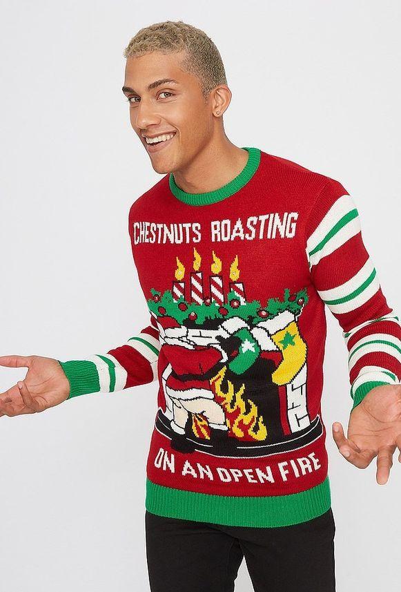 De kerstman houdt zijn 'geroosterde kastanjes' voor het haardvuur.