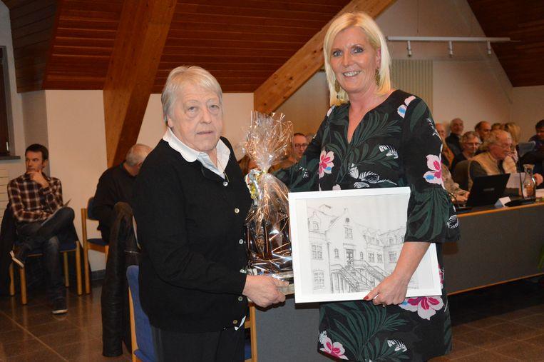 Eregemeenteraadslid Jeannine Schotte met burgemeester Veerle Baeyens.