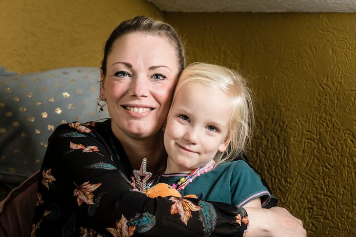Jolanda ter Weele (40) en haar dochterje Emi (4).