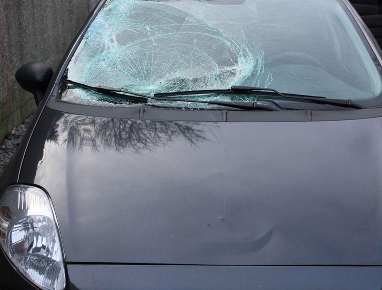 De beschadigde auto na het vluchtmisdrijf bij Winterland in Hasselt