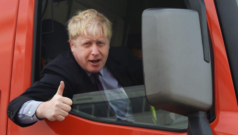 Vier maanden voerde Boris Johnson campagne voor de Brexit, waar de duim vaak voor omhoogging. Donderdag konden de handen weer in de zakken. Beeld epa