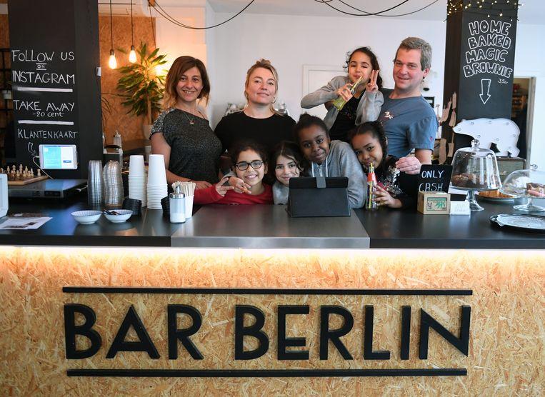 Kinderen Buurtwerk Fabota komen handje helpen in Bar Berlin in Leuven.