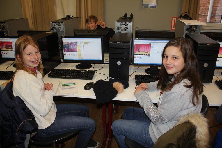 Emmanuelle en Ellen zijn voorlopig de enige meisjes in de Codeclub van het Sint-Jozefscollege.