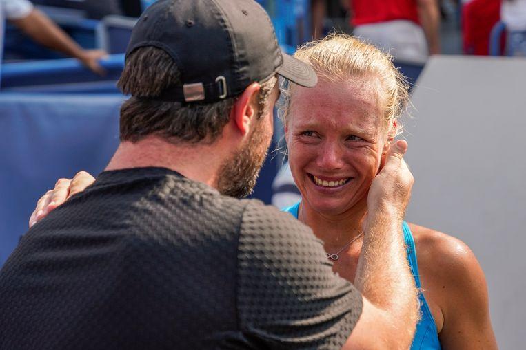 Sluiter en Bertens delen een emotioneel moment na de overwinning op Simone Halep. Beeld Getty