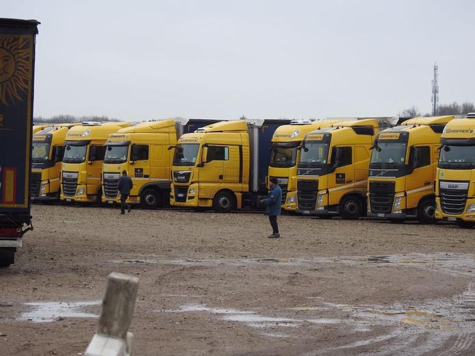 De vrachtwagens staan netjes op een rij geparkeerd