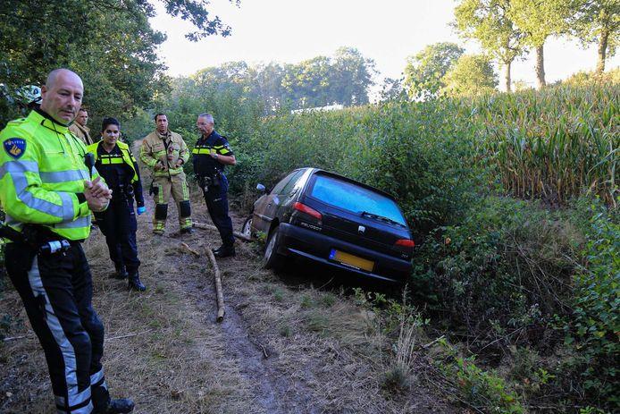 Vrachtwagenchauffeur slaat alarm om auto die in de sloot ligt in Helmond