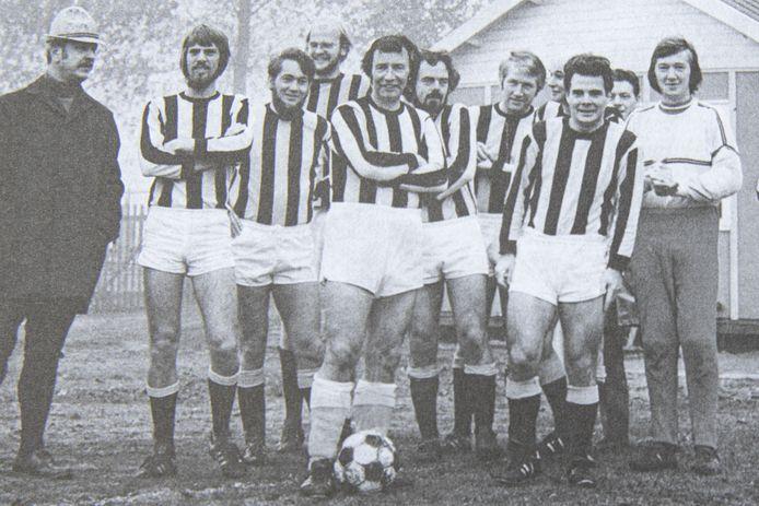 Foto bij de eerste wedstrijd van Abe Lenstra met PH 12 in 1975. Op de voorgrond, met bal, Abe. Tweede persoon rechts naast hem is Herman Hemel.