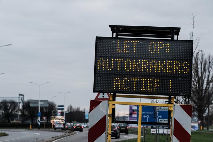 De tekstwagen met de waarschuwing op Centerpoort. Foto: Jan Ruland van den Brink
