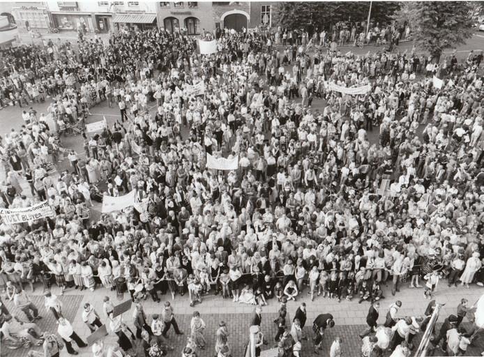 Het volk heeft altijd gelijk, maar de kunst is het te krijgen. Toen het St. Willibrordusziekenhuis in Deurne fuseerde met het Elkerliek Ziekenhuis in Helmond en om efficiencyredenen de deuren zou moeten sluiten, ontstond er in Deurne een golf van protest. Op 8 oktober 1988 was er een demonstratie op de Markt waar half Deurne verontwaardigd aan deelnam. Met succes. De deuren van de Deurnese vestiging bleven poliklinisch en voor dagopnamen open.