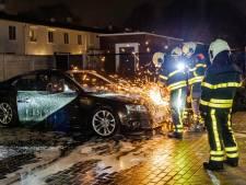 Audi met Poolse kentekenplaat vliegt in brand na harde knal in Tilburg, politie sluit brandstichting niet uit