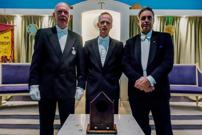 (vlnr) Niels van der Velde, Jeroen van der Ham en Danker Rijk van de Vlissingse vrijmetselaarsloge l'Astre de l'Orient bij het historische stemkastje.