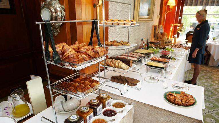 Bij het Amstel Hotel krijg je een glas champagne en buffetkeuze uit tien soorten fruit, elf soorten ontbijtgranen, 23 verschillende types brood en broodjes en allerlei eiergerechten op bestelling Beeld Jan Dirk van der Burg