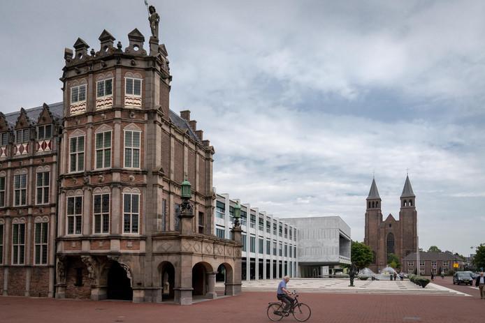 Het gemeentehuis van Arnhem, met op de voorgrond het Duivelshuis.