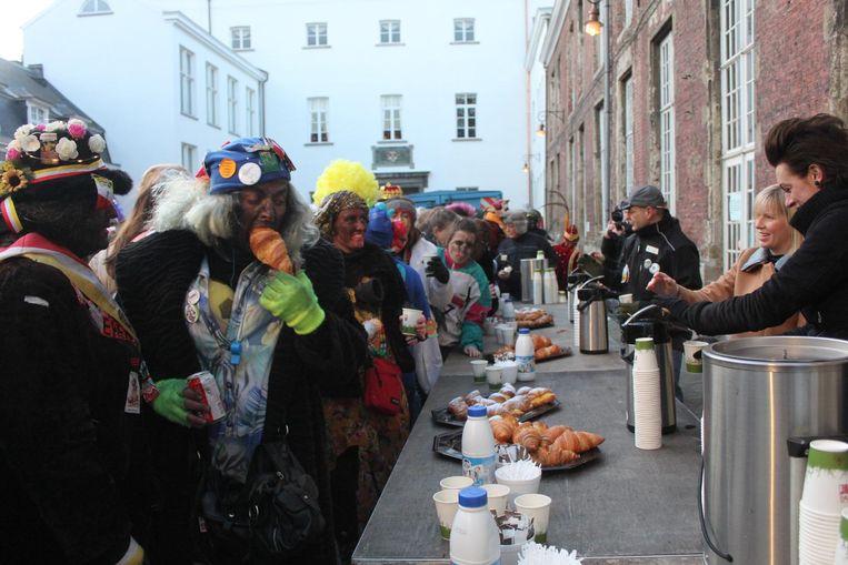 Om 8 uur stonden de carnavalisten al in een lange rij aan te schuiven voor een gratis ontbijtje aan het stadhuis.