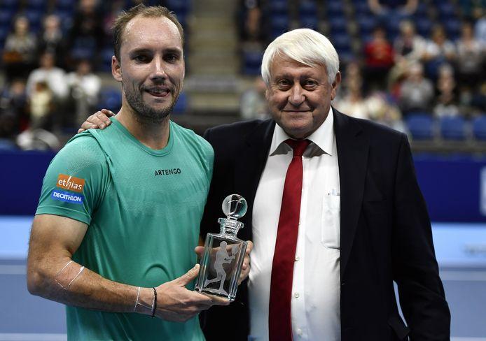 """""""Ce trophée, sur lequel est gravé 'Monsieur Coupe Davis', symbolise les remerciements de tout le tennis belge pour ce que tu lui as donné. Tu resteras un exemple. Félicitations"""", a dit André Stein à Steve Darcis"""