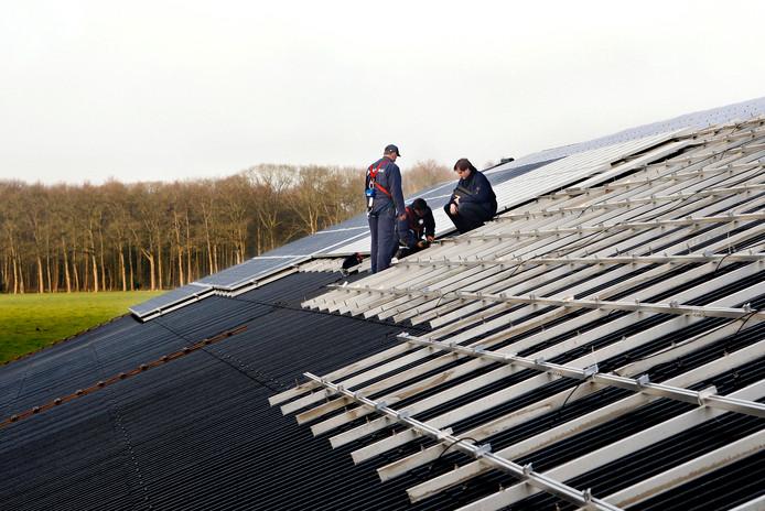 Zonnepanelen op het dak van een stal. Foto ter illustratie.