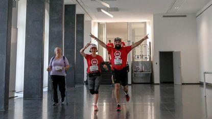 3.000 sportievelingen lopen dino's voorbij tijdens Urban Trail