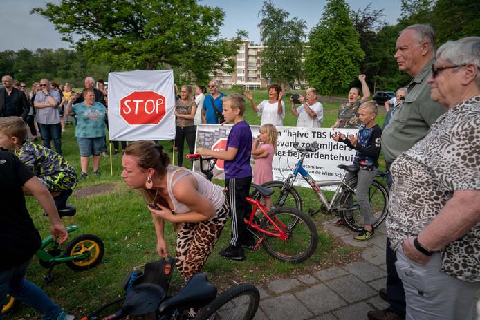 Demonstratie van buurtbewoners tegen de komst van cliënten van de stichting Onderdak in de Paasbergflat.