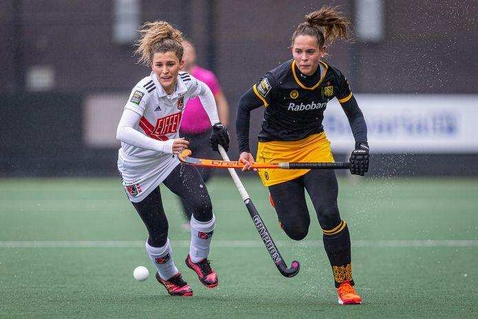 HC Den Bosch-speelster Pien Sanders in duel met Amsterdam speelster Maria Verschoor.