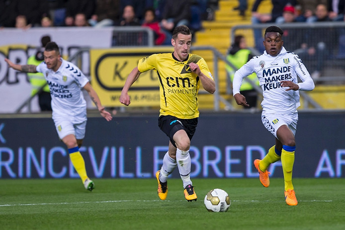 NAC Breda speler Donny Gorter gaat op doel af in duel met RKC speler Gigli Ndefe