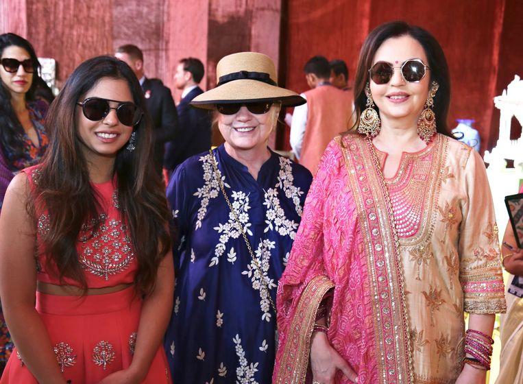 De bruid Isha Ambani (links), samen met Hillary Clinton (midden) en haar moeder Nita Ambani. Beeld AP