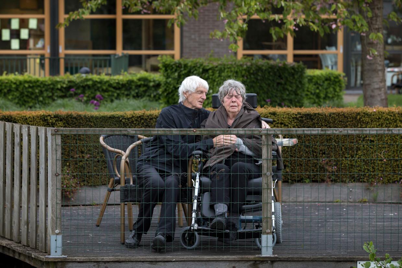 Charles en Adriana de Koning mogen per dag twee ommetjes in de tuin van verpleeghuis de Blije Borgh in Hendrik-Ido-Ambacht maken.