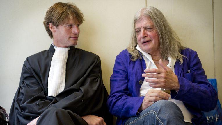 Joop Schafthuizen (R), de levenspartner van de in 2006 overleden schrijver Gerard Reve, in overleg met zijn advocaat mr. Olaf Trojan. Beeld ANP
